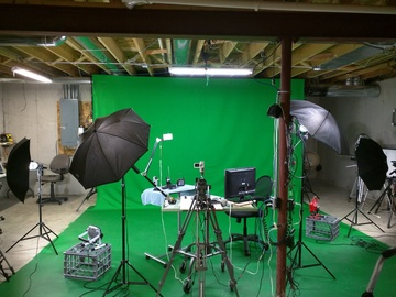 Rent: 14' by 9' Greenscreen backdrop & Greenscreen floor w/lights