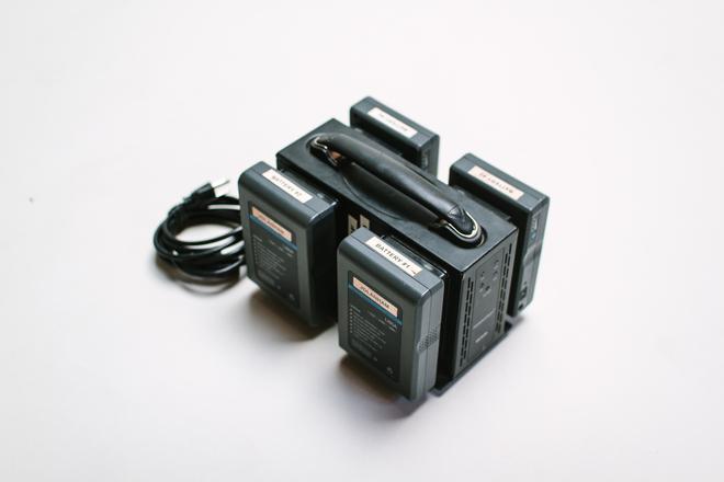 4 Globalmediapro  Gold Mount Li-ion 95Wh Batteries Package