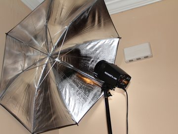 Rent: neewer strobe with umbrella
