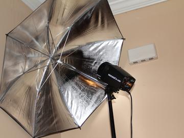 Rent: neewer strobe with umbrella