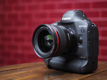 Canon EOS-1D X Mark II + 256GB C-Fast & 2 Batteries
