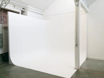 Rent: RETRO MODERN PHOTO STUDIO w/ CYC, NATURAL LIGHT