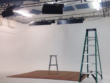 Rent: 40' x 25' triple cyc wall studio