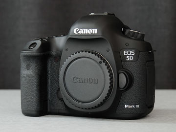 Canon 5D Mark III body, card, batteries and charger
