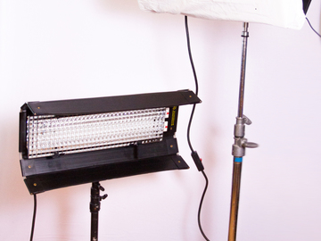 Rent: Diva 200 2 Fluorescent Light Kit with Rolling Case