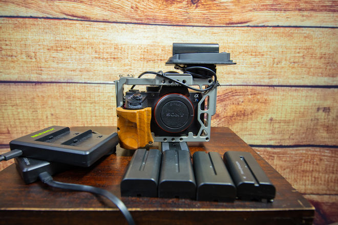 Sony Alpha a7S II EXTRA: CAGE AND BATTERIES FOR LONGER POWER