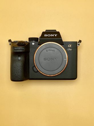 📷 Sony A7III Body + Battery + SD Card