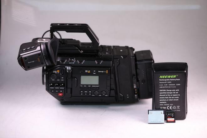 Blackmagic URSA Mini Pro EF, Viewfinder, Cards, 2 Batteries