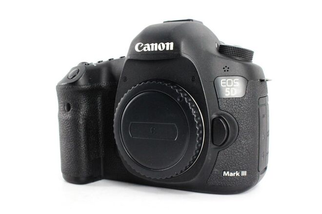 Canon EOS 5D Mark III (with 2 batteries)