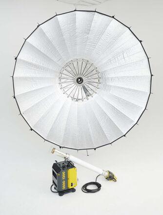 Briese 2.5k HMI Focus 220 - H reflector. Bron strobe option