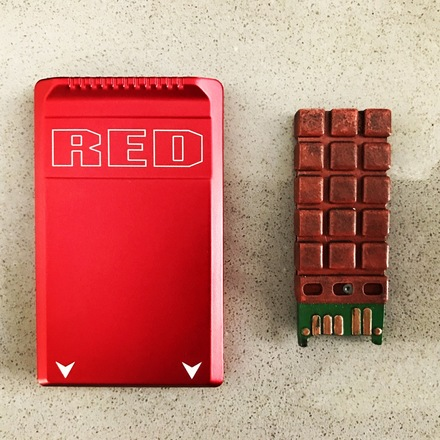 1x Red mag 512 gb with card reader