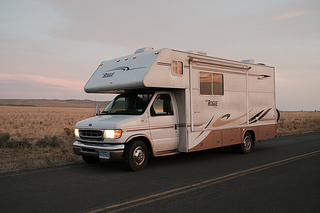 24' RV w/ Couch, Desk, Restroom, Kitchen, Heat, AC and more!